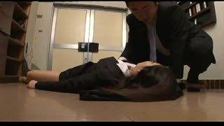 社員寮の入り口で酔いつぶれて寝ている美人OLを好き放題ハメ!